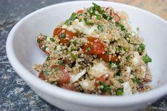 Te warm om de barbecue aan te steken? Probeer dit heerlijke alternatief. Het originele recept is van Pascale Naessens, maar ik vond dat toch wat magertjes en dus lapte ik er zo'n geweldige bol echte buffelmozzarella in. Alvast smakelijk! Quinoa met Kerstomaten, Kruiden en Mozzarella Auteur: Le Gourmand Belge Soort Recept: salade,vegetarisch Voorbereidingstijd: 15 mins Kooktijd: 15…