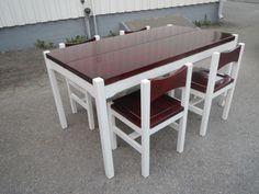 lmari Tapiovaara, Laukaan Puu, upea Hongisto-ruokaryhmä; pöytä ja neljä tuolia. Kalusto on kunnostettu alkuperäistä väriä noudattaen.  Pöydän pintaan on tullut jo jotain käytön jälkiä, ja kaksi tuolia kaipaa liimausta.   Aivan upea värisävy ja on siis yleisilmeeltään siistikuntoinen. Tuolien pohjassa leimat mm. Tapiovaara Design.  Pöydän koko 145 x 80, korkeus 72 cm. MYYTY.