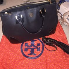 Tory burch robinson handbag!! As you could see it has a damage on the handle but still has alot of life left..it includes straps and dustbag!! Tory Burch Bags