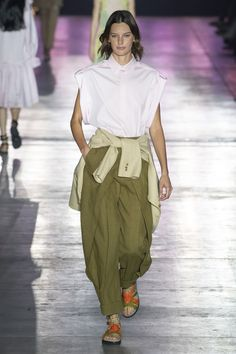 Alberta Ferretti Spring 2019 Ready-to-Wear Fashion Show Collection: See the complete Alberta Ferretti Spring 2019 Ready-to-Wear collection. Look 23 Alberta Ferretti, Fashion Week, Runway Fashion, Urban Fashion, Fashion Looks, Vogue Russia, Fashion Show Collection, Vogue Paris, Modest Fashion