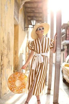 A striped dress from Silvia Tcherassi. Love the brown and white stripes and belted silhouette. Sunset in Cartagena! Shorts Longs, Atlantic Pacific, Summer Outfits, Summer Dresses, Street Style Summer, Fashion 2020, Summer Looks, Burnt Orange, Timeless Fashion