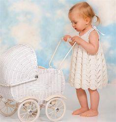 Babystrik: Sød kjole med hulmønster - Hjemmet DK