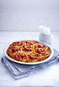 Pizzaschnecken mit Parmaschinken Rezept: Tomaten,Zwiebel,Parmesan,Pizzablech,Bestäuben,Kühlregal,Sauce,Oregano,Pfeffer,Parmaschinken,Backpapier