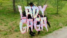 .: #LadyGaga surpreende os fãs e lança vídeo de #JohnWayne