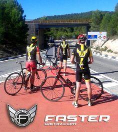 """La peña de amigos """"TIACO´S BIKE TEAM"""" de Caudete (Albacete) también apuestan por el confort de las prendas Faster Wear."""