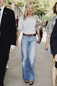 Kate Moss making flares wearable and stylish Kate Bosworth, Trench Coats, Estilo Kate Moss, Jean Outfits, Casual Outfits, Denim Fashion, Womens Fashion, Fashion Trends, Fashion Tips