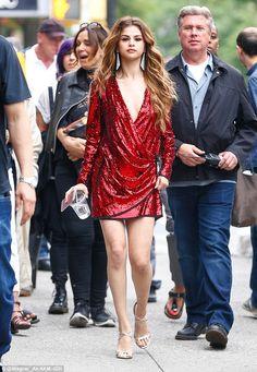 Vẻ đẹp sang chảnh đầy quyến rũ trên phố của Selena Gomez - Ảnh 1.