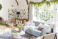 How to Decorate Your Family Room When You Have Special Occasions or During the Holidays - Decorology