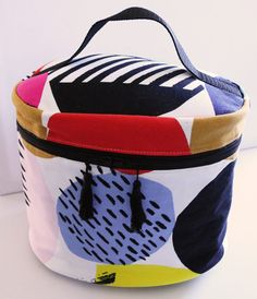 Handbags - I think they were my first fashion love (and if I had design skills, I would love to beco Diy Fashion, Fashion Bags, Wash Bags, Diy Makeup, Diy Clothes, Sewing Projects, Sewing Ideas, Lunch Box, Creations