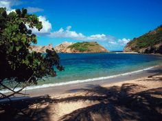 En Guadeloupe, les Saintes abritent certaines des plus belles plages de l'archipel. Ici l'anse Figuier.  #Guadeloupe #saintes
