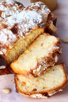 Colomba este dulcele traditional italian servit de Paste si desi echivalentul lui la noi ar fi cozonacul, nu seamana deloc cu el. L-am botezat, impropriu, cozonac pentru ca va fi mai usor de gasit in lista dulciurilor din sidebar. Consistenta seamana mult cu cea a panettone-lui dar este diferit de acesta pri...