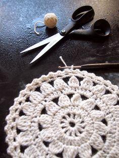 Mitä näistä on tulossa? Knit Or Crochet, Crochet Gifts, Crochet Stitches, Crochet Patterns, Crochet Circles, Crochet Videos, Crochet Flowers, Doilies, Crochet Projects