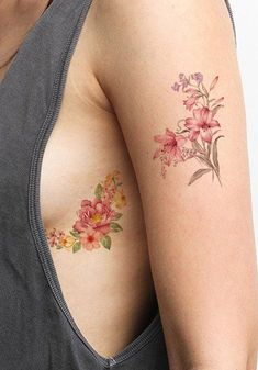 Vintage flower rib tattoo ideas for women - realistic small lily floral peonies watercolor arm sleeve tat - ideas de tatuajes de costillas de flores vintage Delicate Flower Tattoo, Flower Tattoo On Ribs, Small Flower Tattoos, Small Tattoos, Tattoo Flowers, Peonies Tattoo, Bouquet Tattoo, Lilies Tattoo, Tattoo Floral