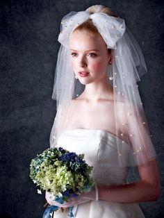 パールがたっぷりちりばめられ、大きなリボンがアクセントのキュートなショートベール。ファッションコンシャスな花嫁におすすめ。 【可愛さのなか...