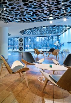 Hans Wegner´s sculptural and playful Shell Chairs in groups always makes for an inviting lounge area.