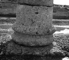 Djamila Fellague, Le décor architectural de la basilique de Baelo Claudia, in Mélanges de la Casa de Velázquez, 40-2, 2010 pp.273-296  Fig.1. — Base de la colonne V