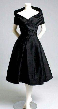 Christian Dior Haute Couture, Robe du Soir Courte, Paris, 1955 I love Christian Dior clothing - this was a great era for fashion. Vestidos Vintage, Vintage Dresses, Vintage Outfits, 1950s Dresses, Vintage Clothing, Prom Dresses, Sheath Dresses, Dress Prom, Long Dresses