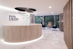 Esteé Lauder Office by AEI Arquitectura e Interiores Bogotá Colombia Medical Office Design, Modern Office Design, Workplace Design, Clinic Interior Design, Clinic Design, Design Ppt, Lounge, Reception Desk Design, Office Reception