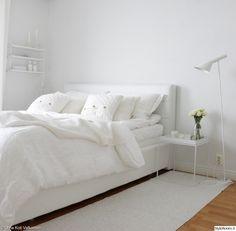 """Jäsenen """"OmaKotiValkoinen"""" valkoinen makuuhuone luo rauhoittavan fiiliksen. Leikkokukat yöpöydällä viimeistelevät tunnelman. #styleroom #inspiroivakoti #makuuhuone #valkoinen Bedroom Inspo, Bedroom Decor, Bedroom Inspiration, Bedroom Ideas, Sweet Home, White Interior Design, Modern Bedroom, White Bedrooms, Dream Bedroom"""