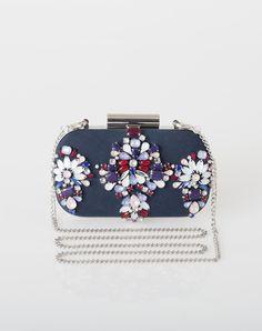 Chic et élégante, cette pochette bleue joliment décorée de perles et cabochons sublimera vos tenues ! On aime: - ses bijoux  - sa chaînette argentée amovible  Largeur: 16.5 cm Hauteur: 9 cm Profondeur: 2 cm
