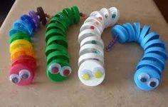 Chenilles rigolotes fabriquées avec des bouchons de bouteille ! Entre 2 bouchons, enfilez sur le fil 1 ou 2 perles, selon grosseur. Terminez par des yeux mobiles autocollants !