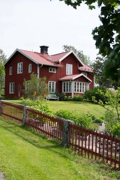 Cool Red House Design can make the Atmosphere more Live - TopDesignIdeas Swedish Cottage, Red Cottage, Sweden House, Pintura Exterior, Red Houses, Charming House, Scandinavian Home, Interior Exterior, Plein Air