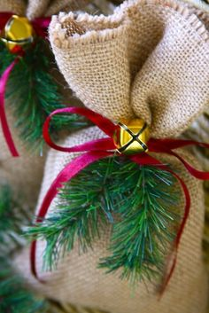 Make Easy Burlap Christmas Gift Bags – Party Ideas Christmas Gift Bags, Burlap Christmas, Noel Christmas, Christmas Gift Wrapping, Country Christmas, Christmas Crafts, Christmas Decorations, Christmas Ornaments, Christmas Wreaths