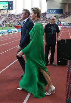 Princess Charlene of Monaco and Sergey Bubka participate at the medals ceremony during the IAAF Diamond League Meeting Herculis 2017 on July 2017 in Monaco, Monaco. Princesa Charlene, Emerald Green Dresses, Monaco Royal Family, Evening Dresses, Formal Dresses, Prince Albert, Royal Fashion, Modest Fashion, Style Icons