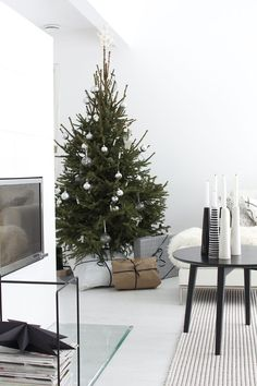 20 Scandinavian Christmas Home Decor, Christmas Tree and Gifts 2018 – NinetyFourDesigns Minimalist Christmas Tree, Christmas Interiors, Decoration Christmas, Minimal Christmas, Noel Christmas, Scandinavian Christmas, Scandinavian Interior, Apartment Christmas, Christmas Music