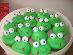 frog cupcakes ~ hee hee ~ love these! Cupcake Art, Cupcake Cakes, Dog Cakes, Cake Pops, Macarons, Frog Birthday Party, Bee Party, 70th Birthday, Frog Food
