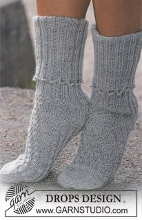 DROPS – Free knitting patterns by DROPS Design - handschuhe sitricken Crochet Socks, Knitted Slippers, Knitted Hats, Knit Crochet, Knitting Patterns Free, Free Knitting, Knitting Socks, Free Pattern, Crochet Patterns