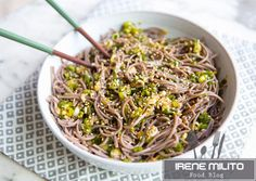 Sweet and Spicy Noodle Bowl. Sweet and spicy ginger scallion noodle bowl. Veggie Recipes, Pasta Recipes, Whole Food Recipes, Vegetarian Recipes, Healthy Recipes, Veggie Meals, Irene, Clean Eating Chicken, Soba Noodles