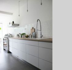Hottest new Kitchen and Bath Trends for 2019 and 2020 Handleless Kitchen, Cocinas Kitchen, White Kitchen Cabinets, Kitchen Tiles, Kitchen And Bath, New Kitchen, Upper Cabinets, Kitchen White, White Kitchens