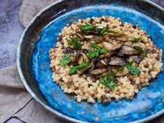 Připravte si skvělé těstoviny fregola sarda s houbami a sherry octem podle šéfkuchaře Jana Kaplana. Recept na blogu Oh My Chef. I Chef, Risotto, Rice, Ethnic Recipes, Food, Freckles, Meal, Essen, Laughter