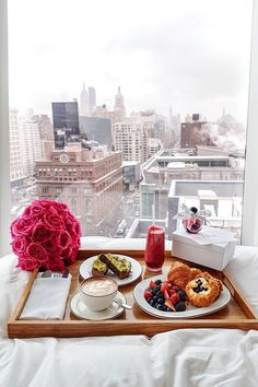 New York skyline view / breakfast No. Skyline Von New York, Breakfast In Bed, Romantic Breakfast, Mothers Day Breakfast, Champagne Breakfast, Perfect Breakfast, Breakfast Ideas, Parisian Breakfast, Breakfast Photo
