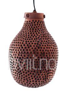 Lampe med preforering som gir et nydelig skyggespill. Leveres med 2,5 m ledningsoppheng med sukkerbit. H ca 25 cm x d 18 cm, kobberfinish.