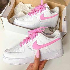 Nike Air Force 1 Psychic Pink : c'est LE coloris canon du moment 🎀🎀 Dispon… Air Force 1 Noir, Air Force Mid, Basket Nike Air, Baskets Nike, Nike Shoes Air Force, Nike Air Force Ones, Souliers Nike, Pink Nikes, Pink Nike Shoes
