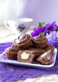 Suklaasuukkoset Nämä pienet namupalat sopivat osaksi isompaa juhlakattausta, jossa on monenlaista sorttia tarjolla ja annoskoko saa olla pieni. Minikakkuset on täytetty pehmeällä vaniljakreemillä, joka on pursotettu suklaataikinasta tehdyn kupin sisään. Maun kruunaa maitosuklaakuorrute. Suukkoset voi valmistaa jääkaappiin odottamaan tarjoiluhetkeä jo edellisenä päivänä.