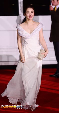 "Képtalálat a következőre: ""Kim Hyun-Joo"" Long Gown Dress, Long Gowns, Boys Over Flowers, Glass Slipper, Korean Celebrities, Red Carpet Dresses, Formal Dresses, Wedding Dresses, One Shoulder Wedding Dress"