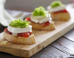 Tosta brie y tomate Appetizer Recipes, Appetizers, Tomato Jam, Good Food, Yummy Food, Tapas Bar, Snacks Für Party, Desert Recipes, Creative Food