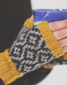 Fingerless mitten pattern: Delta Mitts by Ella Austin, knit in a grellow color combination of The Island Wool Company Navia Duo. Knit with long contrast coloured cuffs and a simple striped thumb gusset. Delta Mitts are comfortable, cosy and quick to knit. Fingerless Gloves Knitted, Knit Mittens, Wrist Warmers, Hand Warmers, Knitting Projects, Knitting Patterns, Mittens Pattern, Fair Isle Knitting, How To Purl Knit
