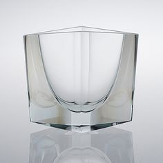 KAJ FRANCK - A crystal vase for Nuutajärvi Notsjö in 1965, Finland. [h. 13,5 cm, w. 15,5 cm] Glass Design, Design Art, Modern Design, Clear Glass, Glass Art, Concrete Art, Bukowski, Wine And Spirits, Fine Furniture