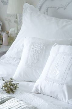 Pretty pillows -  for the bedroom - http://media-cache-ec0.pinimg.com/originals/31/48/b4/3148b4245be5da693b1957f3073b5c04.jpg
