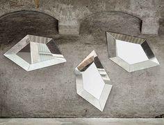 Per la sua particolare forma questo specchio di design può essere fissato alla parete in diversi giochi di posizione e può essere combinato per creare forme visive di alto impatto.