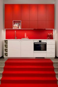 une cuisine moderne avec un meuble rouge et un meuble blanc