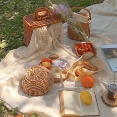 Nature Aesthetic, Summer Aesthetic, Aesthetic Food, Comida Picnic, Vie Simple, Picnic Date, Oui Oui, Dream Life, Aesthetic Pictures