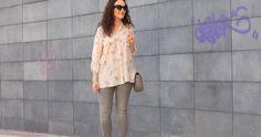 Camisa estampada y jeans grises, ¡una combinación chic para cualquier ocasión!
