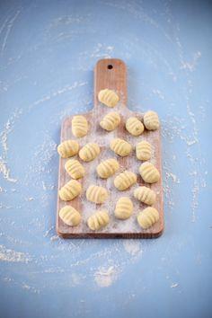 Les gnocchis-maison Pour 45 gnocchi environ (2-3 personnes) :  400g de Rattes du Touquet 100g de farine T55 1/2cc de sel 1 jaune d'oeuf