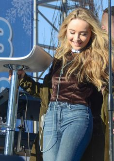 Jeans and braun pullover-Sabrina Carpenter Ärmelloser Pullover, Pullover Outfit, Beautiful Celebrities, Beautiful Actresses, Beautiful People, Disney Channel, Sabrina Carpenter Outfits, Jumper, Foto Casual