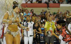 Viviane Araújo samba diante de pequena ritmista do Salgueiro, vestida 'a la Che Guevara'